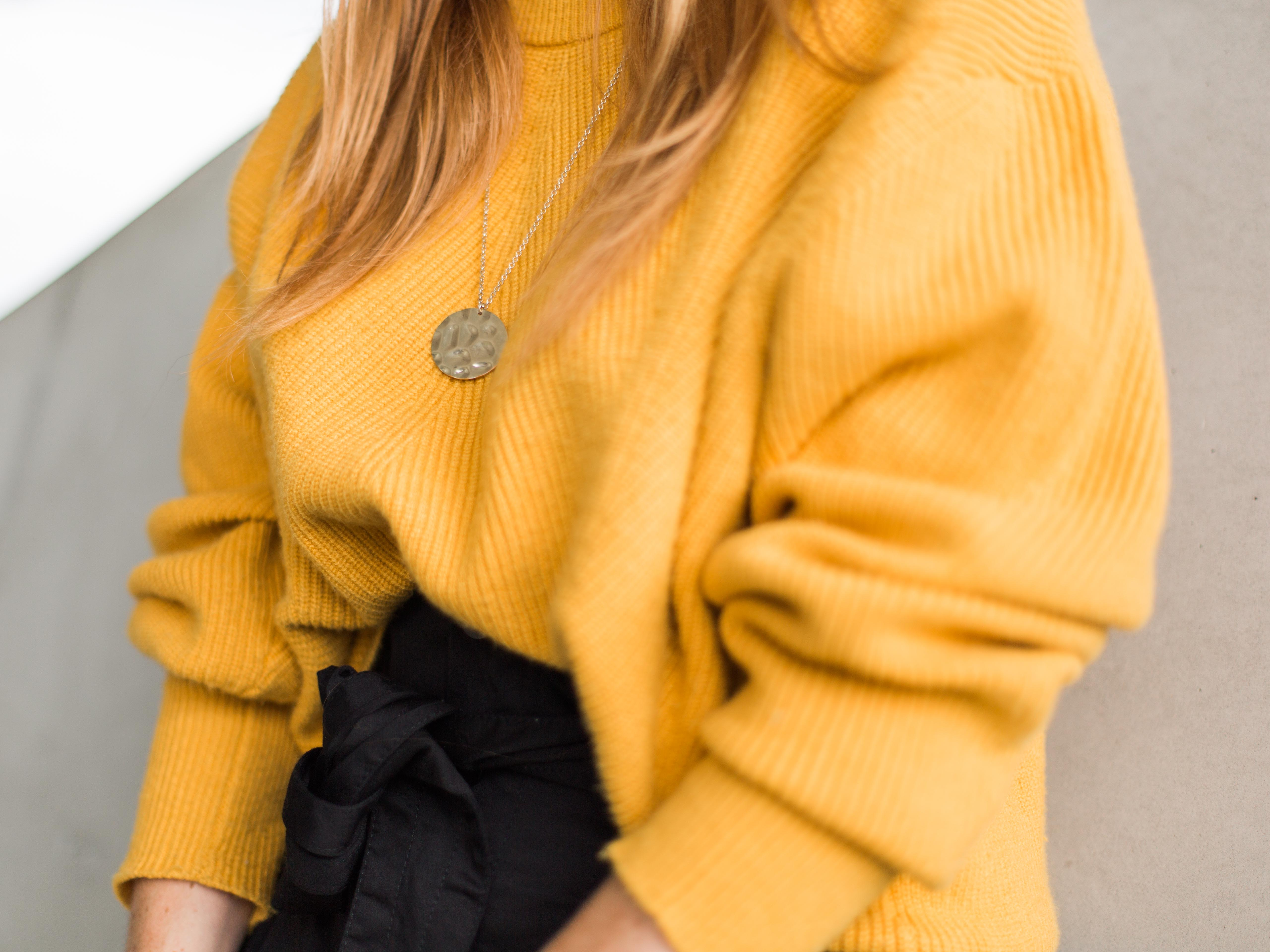 Le pull moutarde