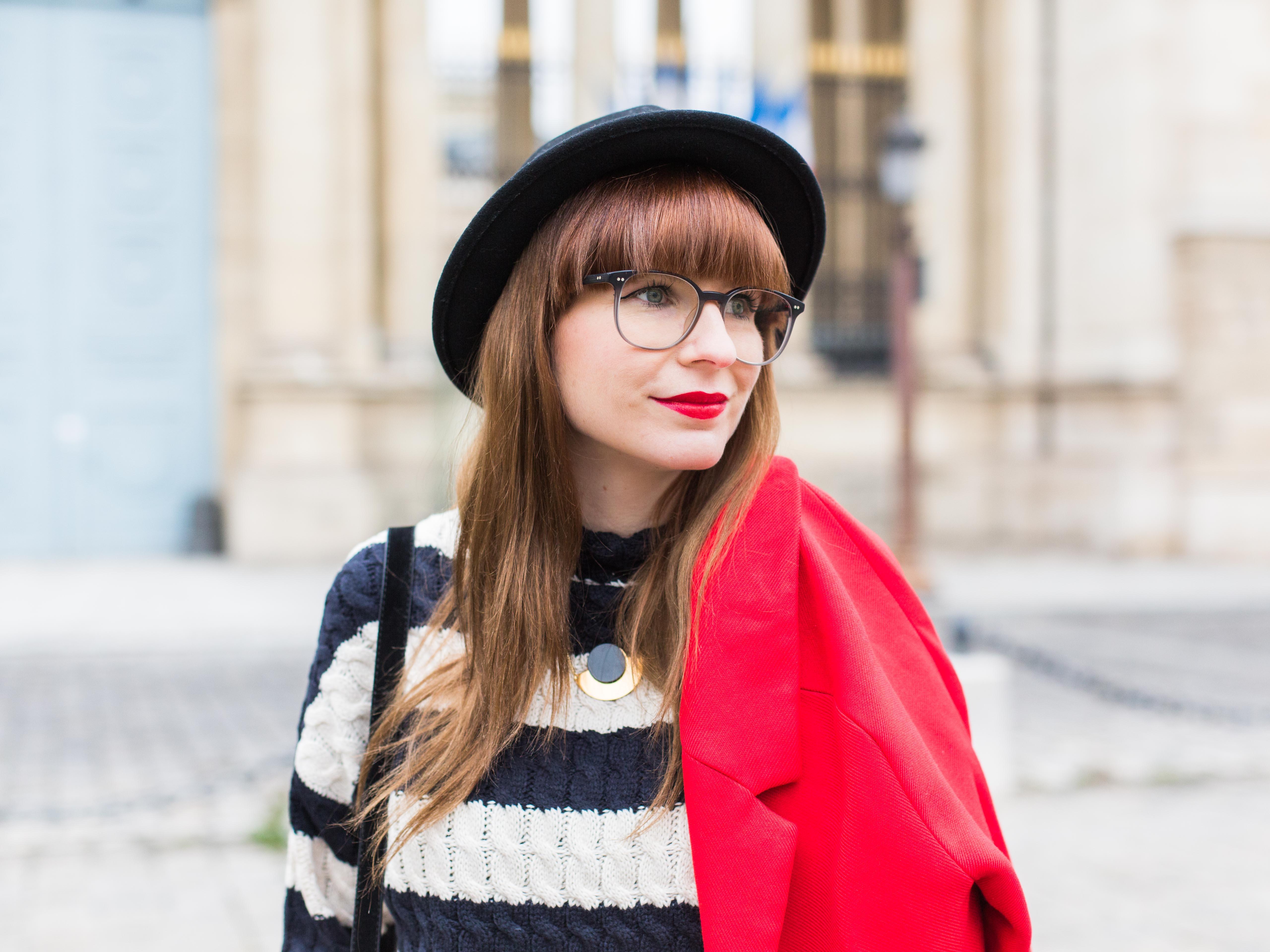 Manteau rouge et pull rayé